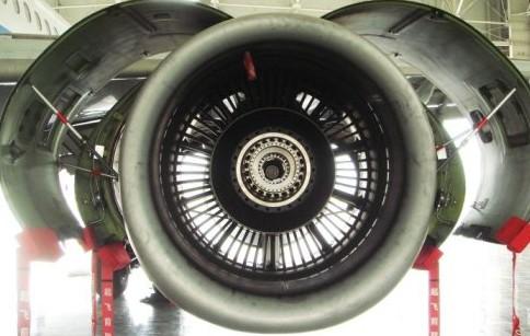 等待维护的飞机发动机涡轮