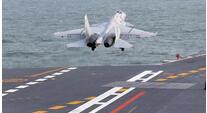 海军新一批舰载战斗机飞行员成功驾机阻拦着舰